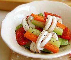Salad mực cuộn rau củ ngon lạ miệng mà không ngán