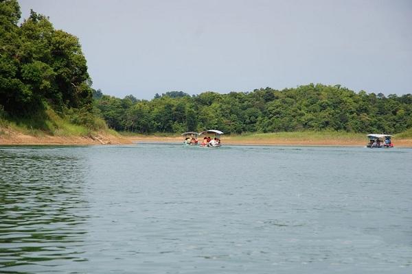 Thuyền đưa du khách đi tham quan Bến En